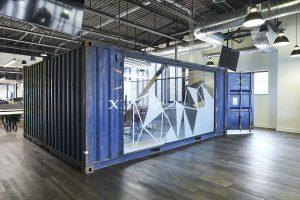 blauer Container mit Glaswand